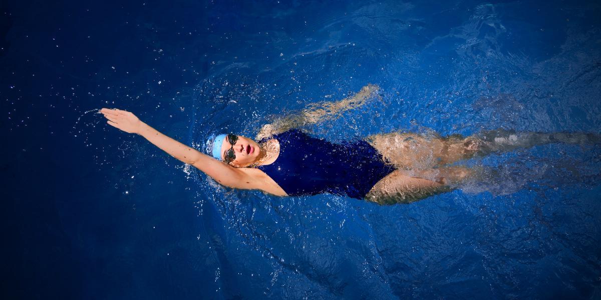 Cách thực hiện bơi ngửa, và những sai lầm phổ biến mắc phải khi bơi ngửa
